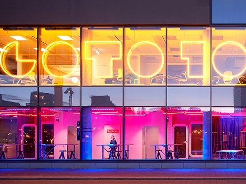 Neonupplyst fasad med Goto 10, Stockholm
