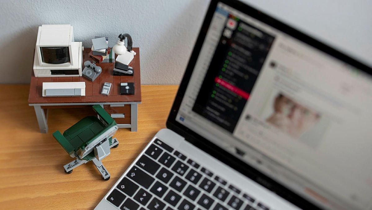 Ett hemma-kontor i lego bredvid en laptop