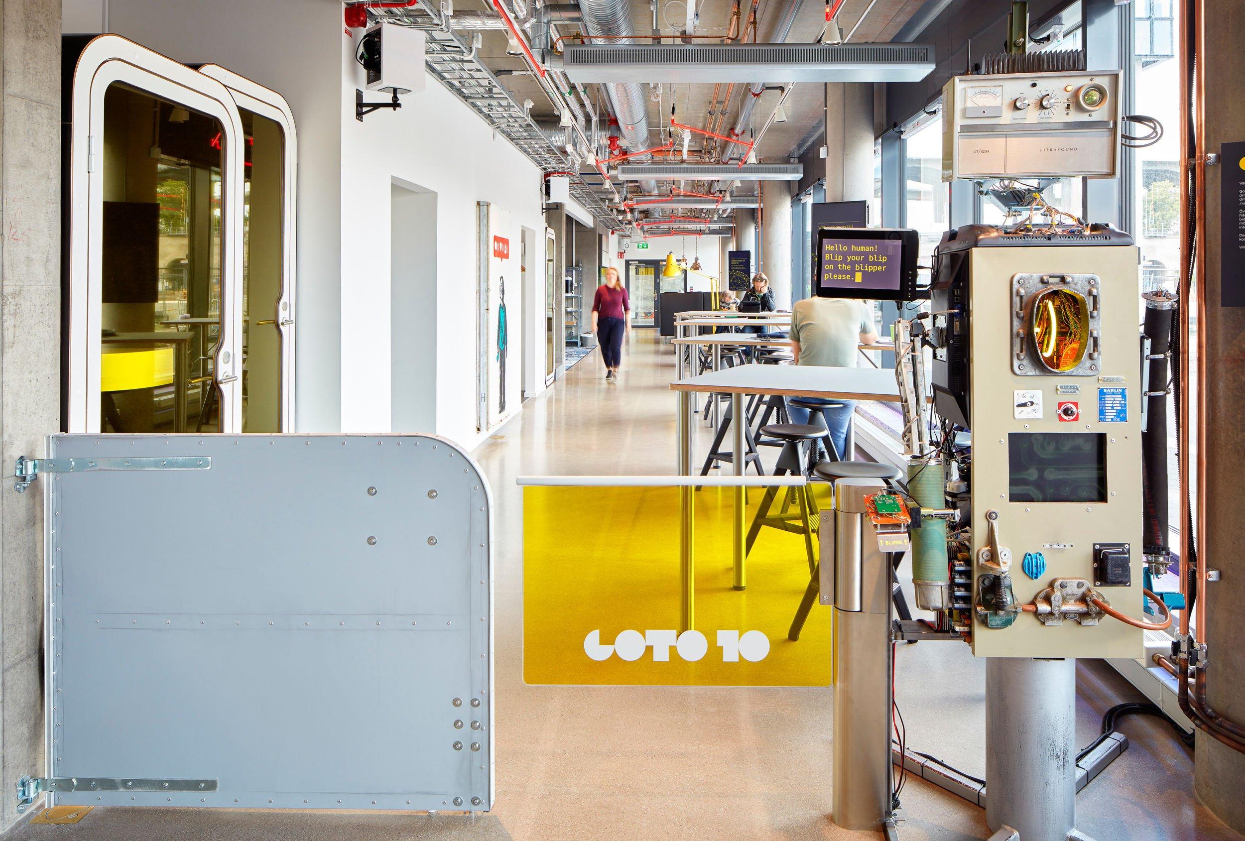 Två grindar och en robot vid ingången till start- och mötesplatsen Goto 10
