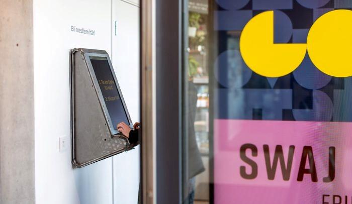 Händer på medlemsautomat vid entrén på Goto 10