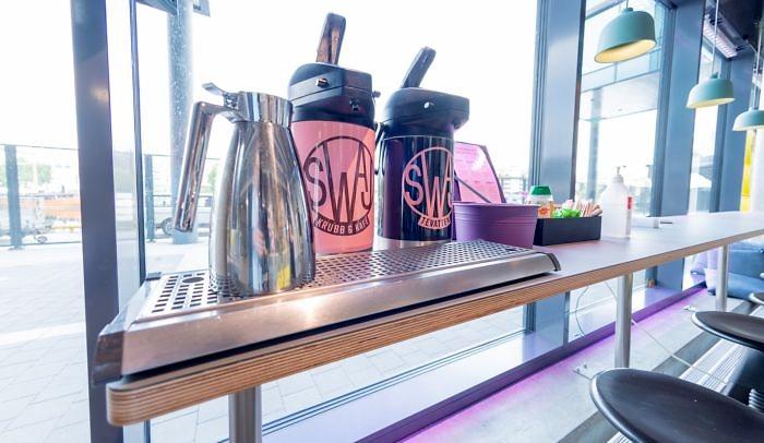 Kaffe- och tetermos står på ett fönsterbord på Goto 10.
