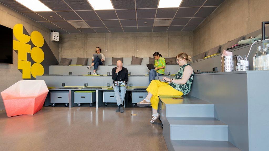 En grupp människor sitter och arbetar vid sina datorer i Gradängen på start- och mötesplatsen Goto 10