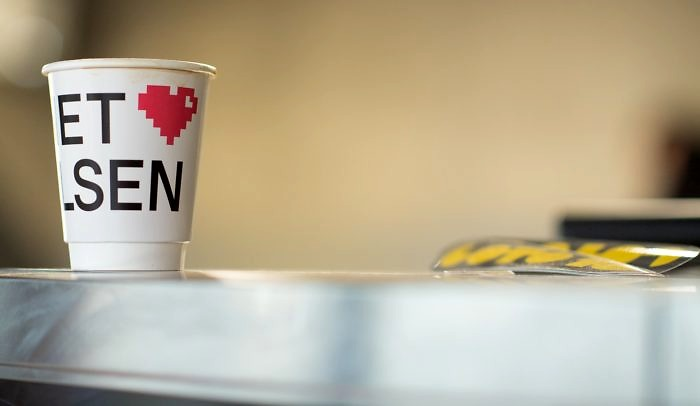 Papperskopp med Internetstiftelsens namn och logga ståendes på bordsskiva.