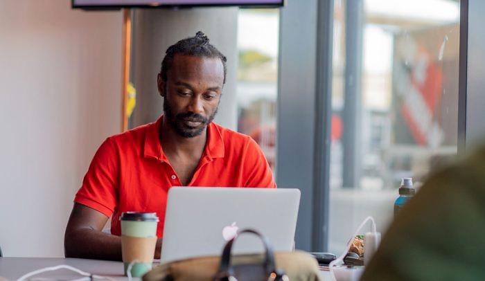 Man sitter framför en laptop på start-och mötesplatsen Goto 10 i Stockholm