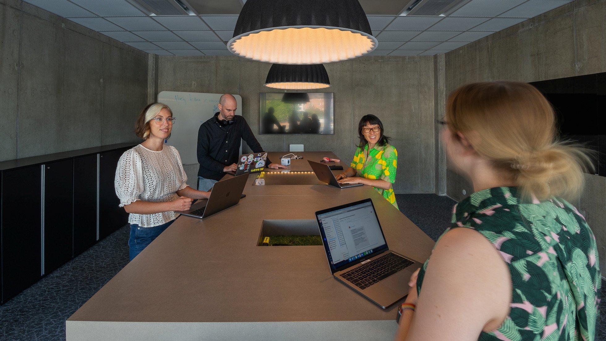 Personer runt ett mötesbord