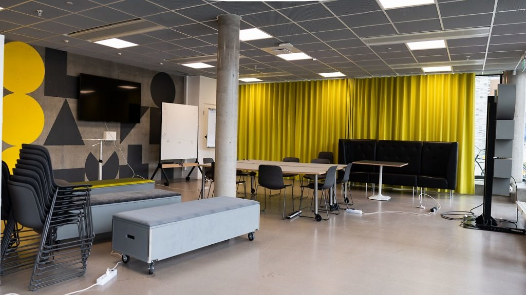 Stolar, bord, tv-skärm och whitboard i lokalen Annexet på Goto 10 Stockholm