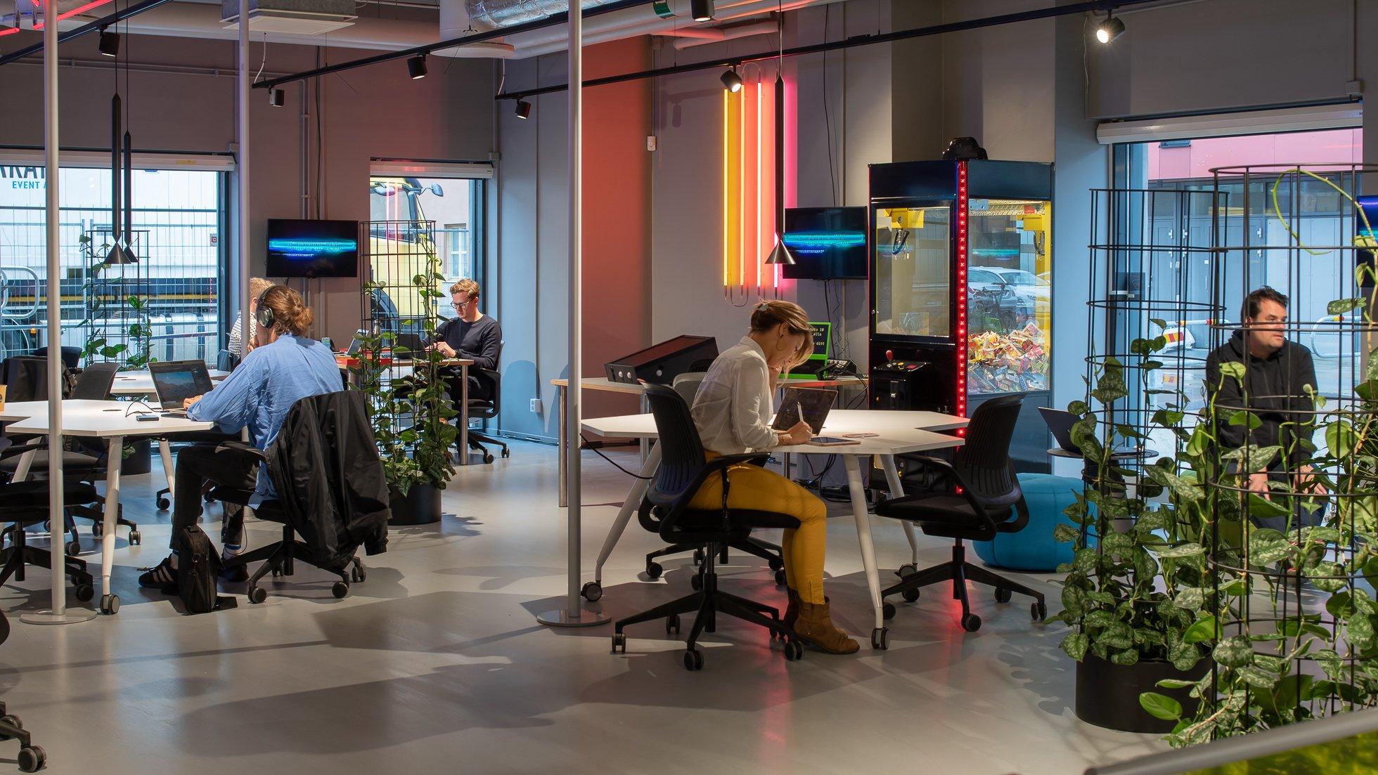Goto10 Malmö, människor i arbete i loungen på Goto 10 Malmö
