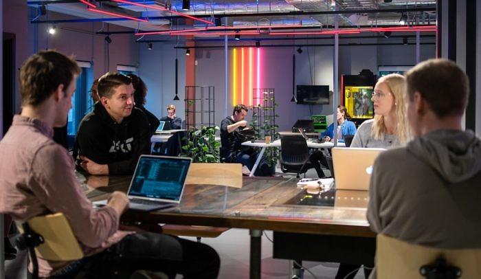 Medlemmar på Goto 10 Malmö sitter och pratar och arbetar i loungen